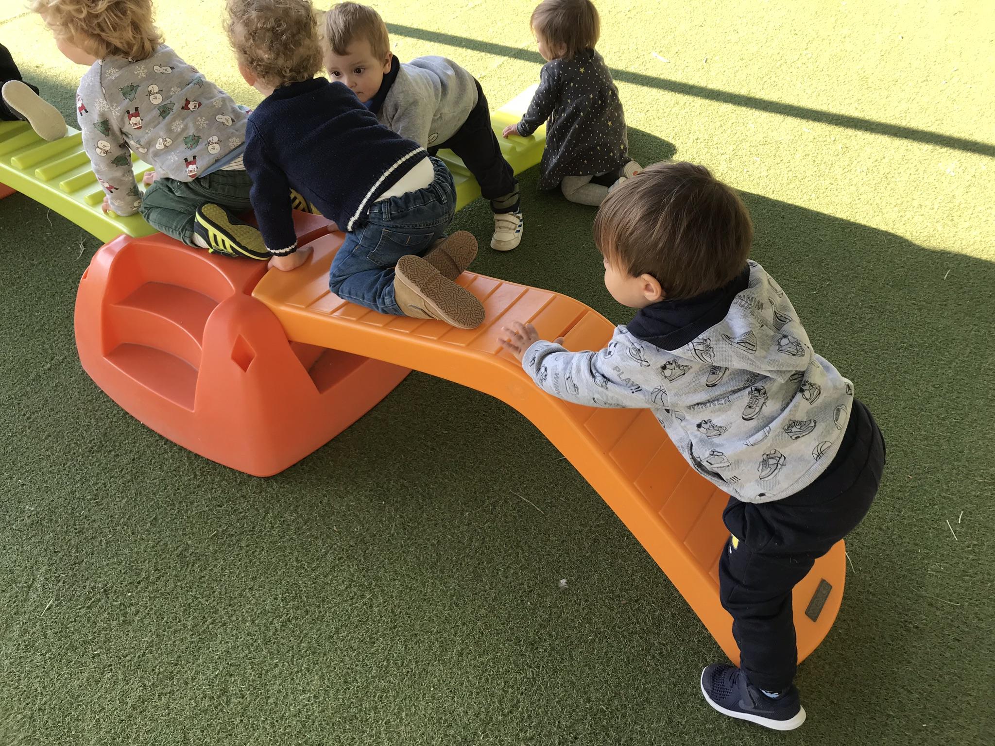 Entre todos practicamos nuestra psicomotricidad infantil en el patio